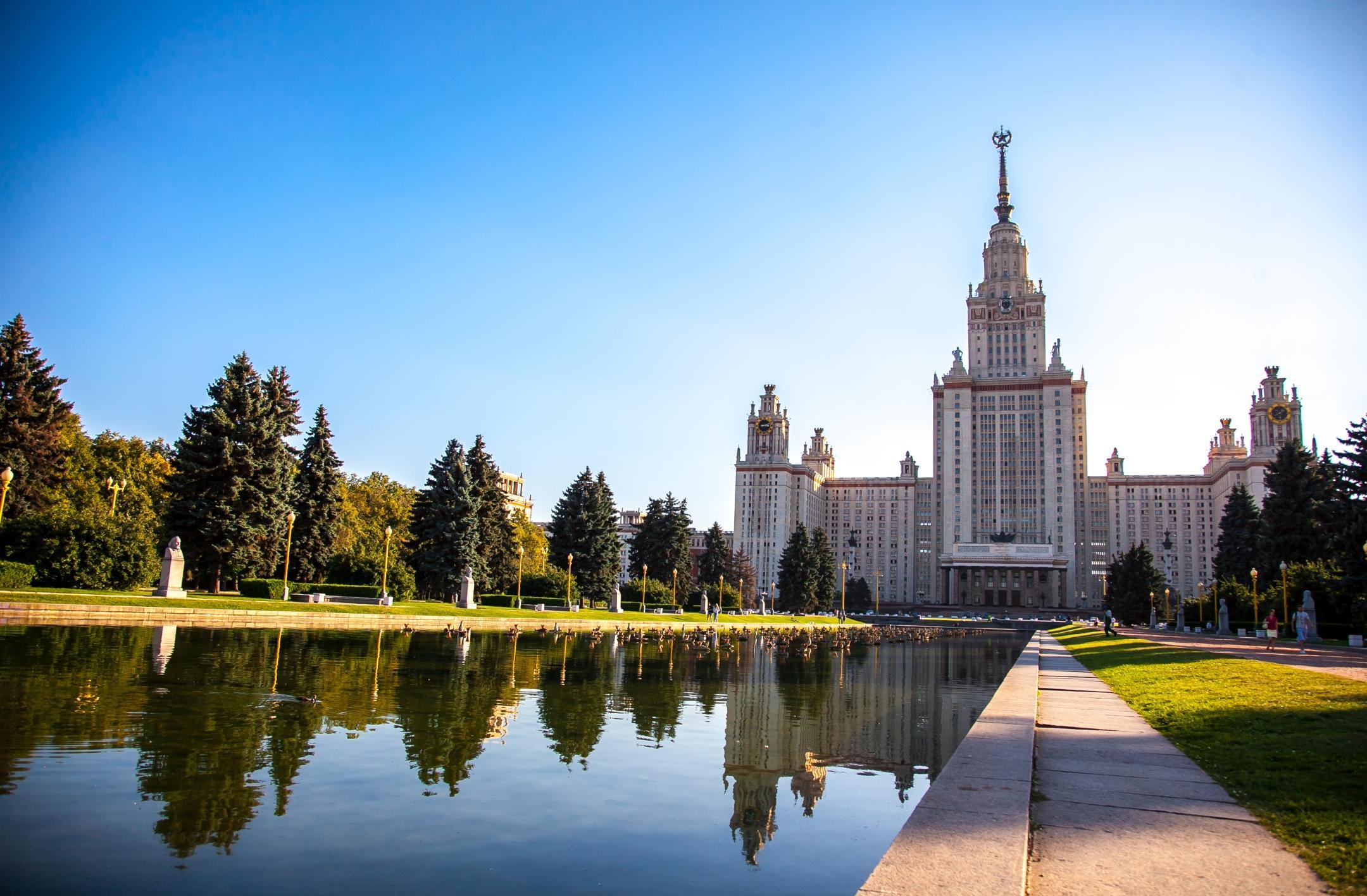 Пруд перед главным зданием МГУ