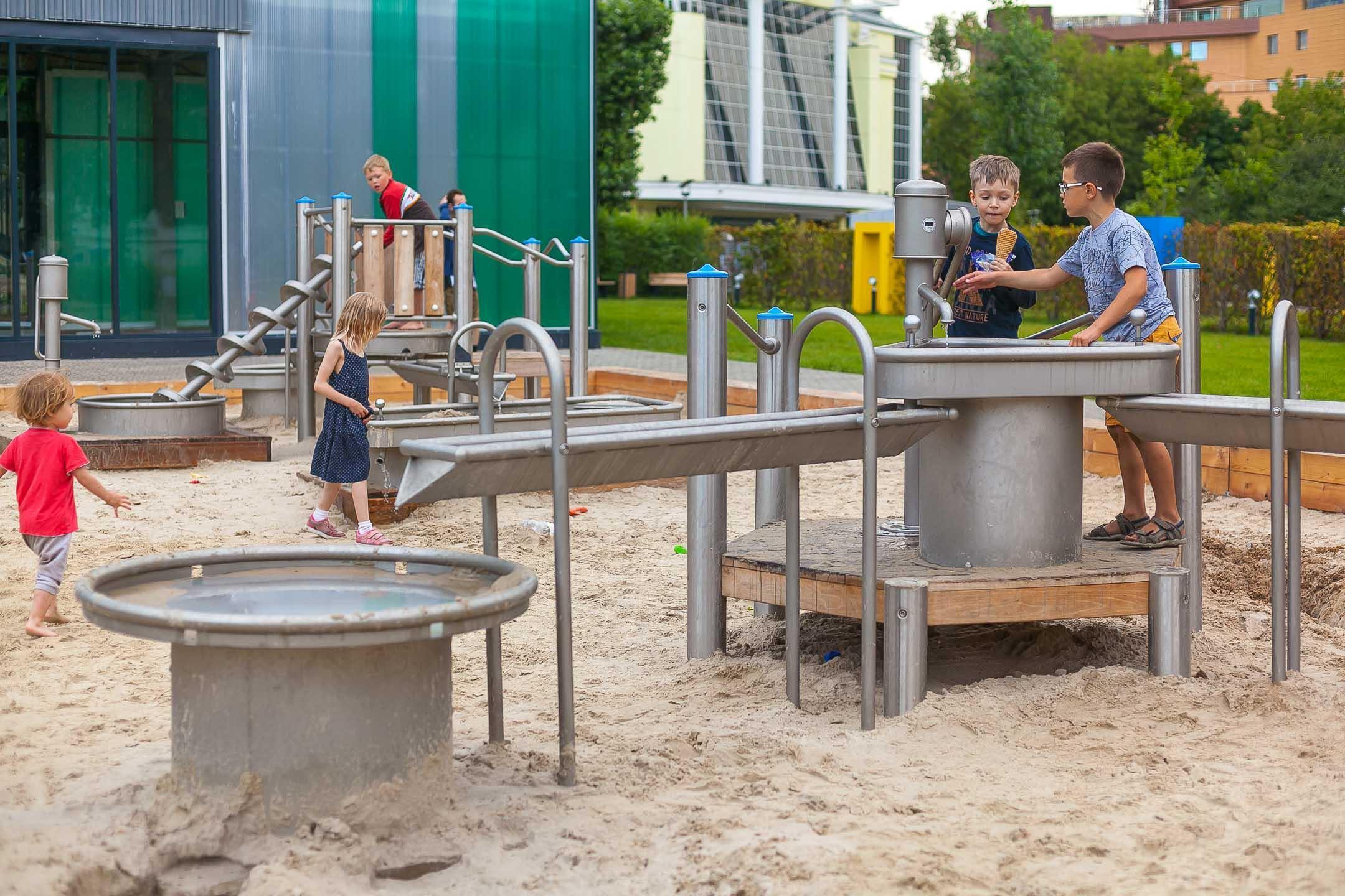 Детская площадка в парке Прямикова