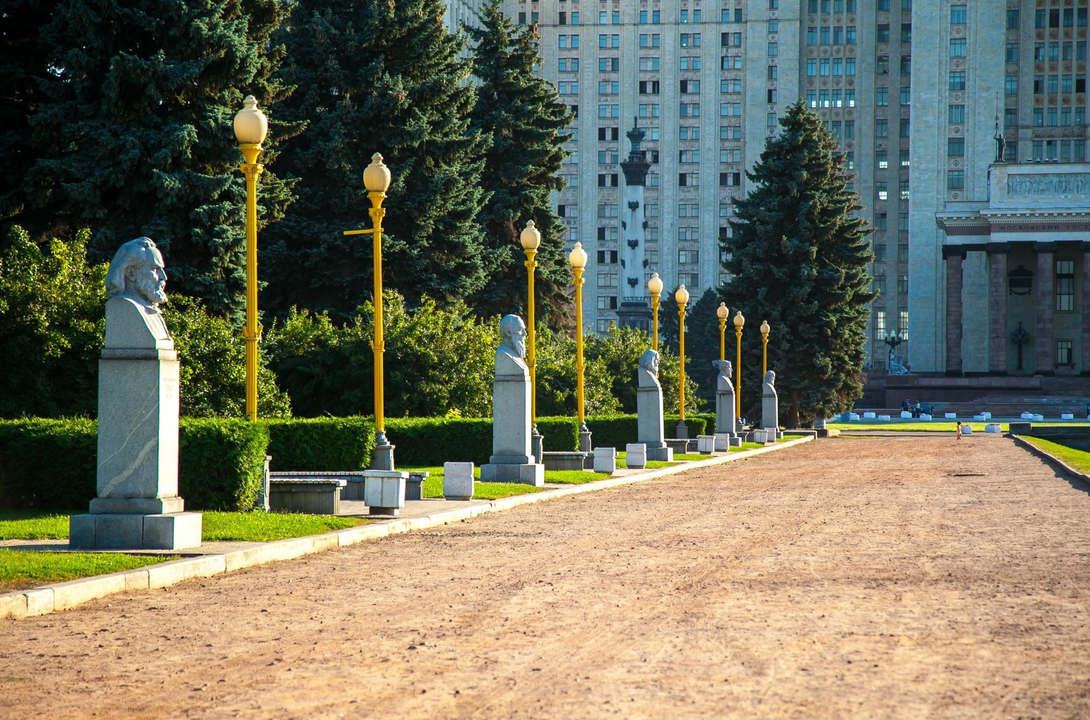 Аллея ученых перед главным зданием МГУ