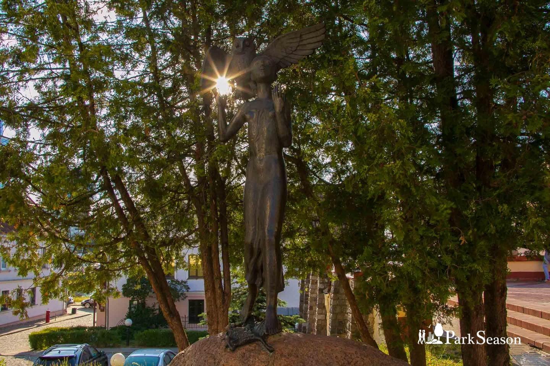 Скульптура «Девочка с совой» — ParkSeason