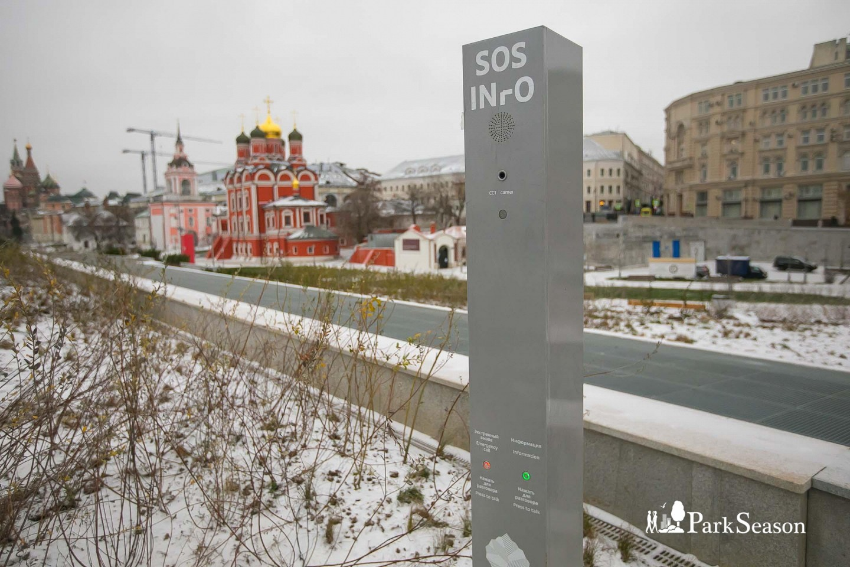Стойка «SOS/Информация», Парк «Зарядье», Москва — ParkSeason