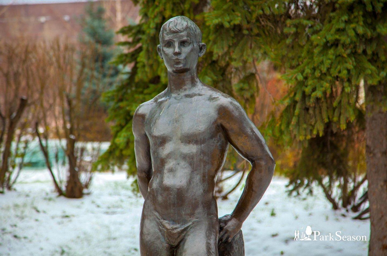 Скульптура мальчика, Парк Горького, Москва — ParkSeason