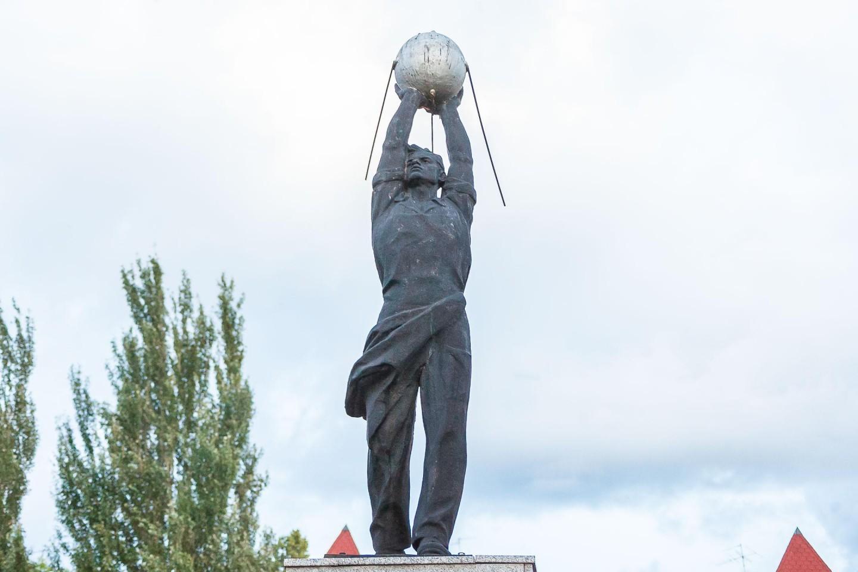Скульптура «Работник с искусственным спутником Земли» — ParkSeason