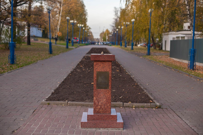 Памятник в честь Семерханове С.В., Лианозовский парк, Москва — ParkSeason