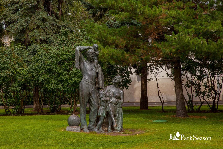 Скульптурная композиция «Здоровая советская семья», ВДНХ, Москва — ParkSeason