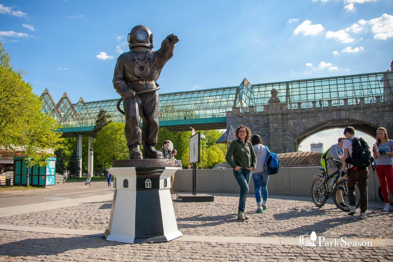 Скульптура «Водолаз-маяк», Парк Горького, Москва — ParkSeason