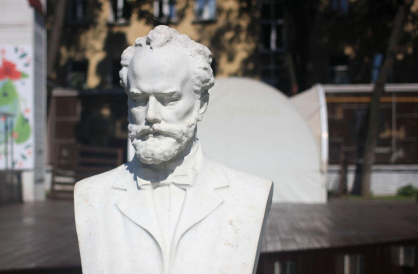 Бюст П. И. Чайковского, Сад «Эрмитаж», Москва — ParkSeason
