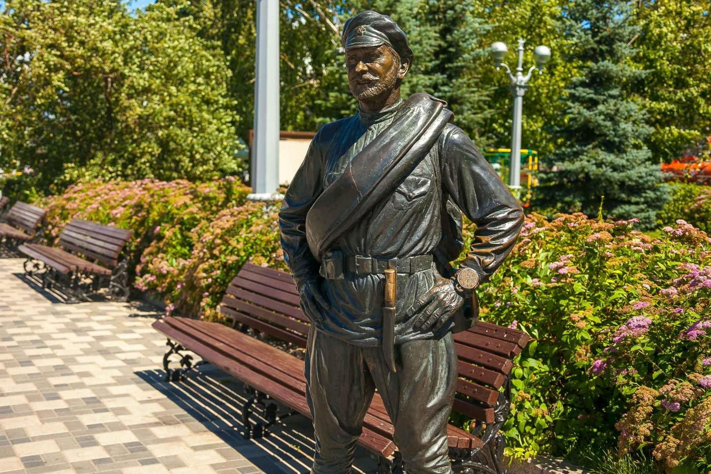 Скульптура товарищу Сухову — ParkSeason