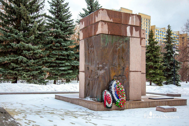 Памятник добровольцам 6-й и 13-й дивизий Народного ополчения — ParkSeason