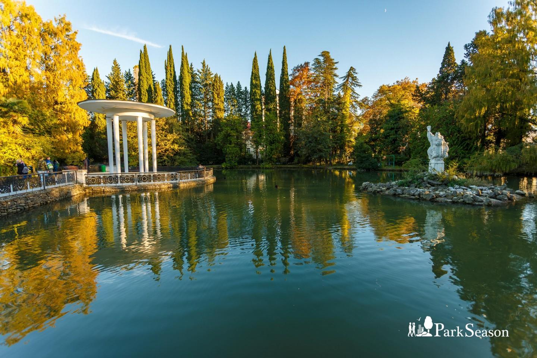 Статуя Нептуна в пруду — ParkSeason