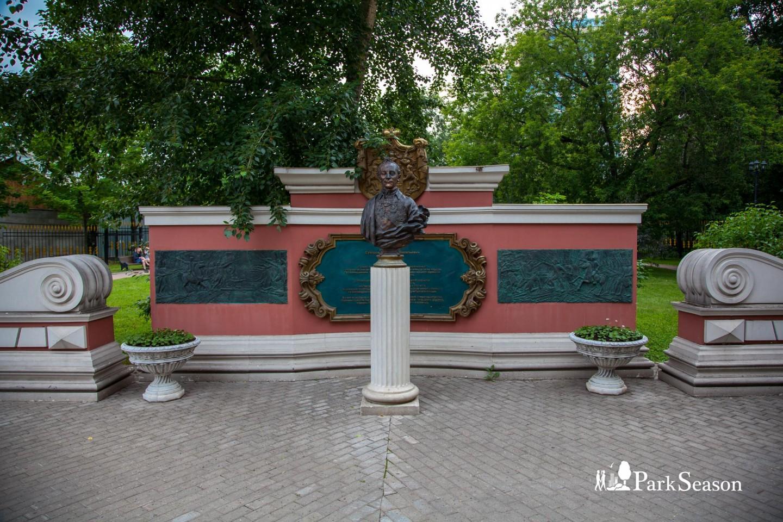 Часовня Александра Невского и Иоанна Воина, Монумент Суворову А. В. — ParkSeason