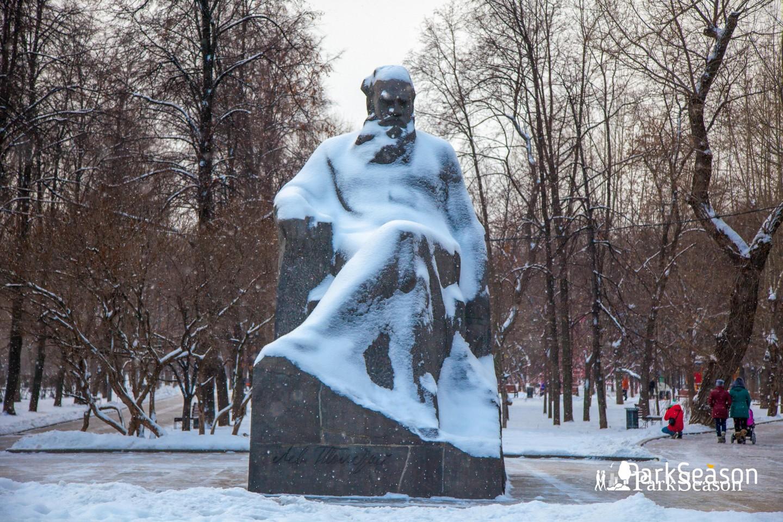 Памятник Л. Н. Толстому, Сквер Девичьего поля, Москва — ParkSeason
