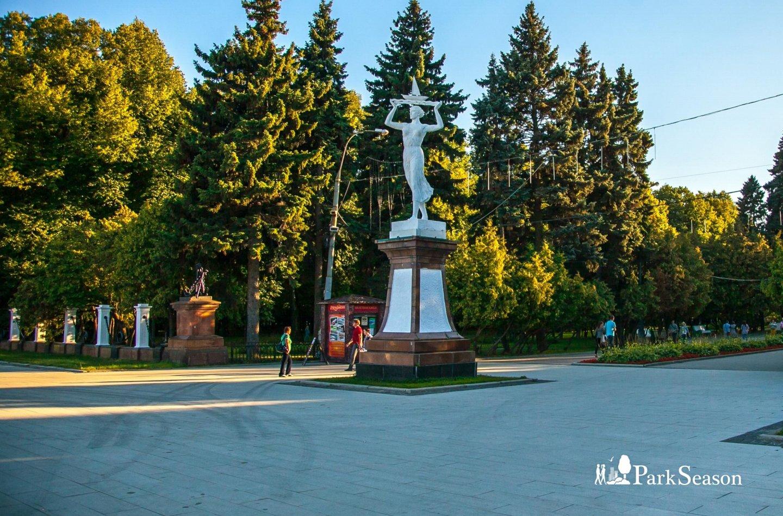 Статуя «Женщина с кораблем», Парк Северного речного вокзала, Москва — ParkSeason