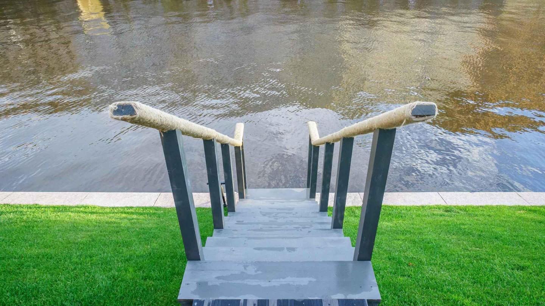 Лестница для спуска к воде — ParkSeason