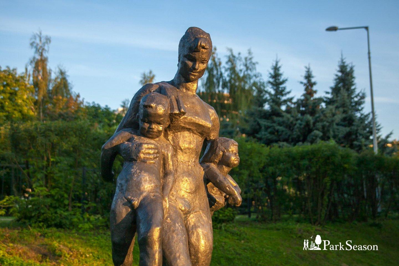 Скульптура девушки с детьми, Парк Горького, Москва — ParkSeason
