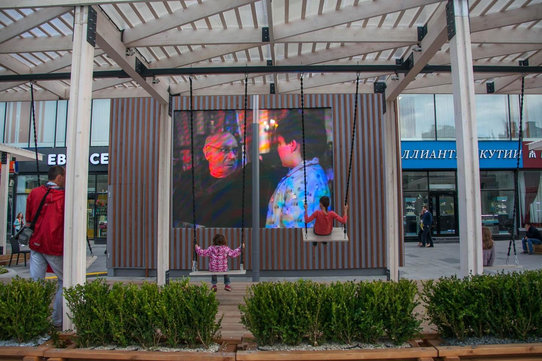 Зона отдыха с качелями и экраном — ParkSeason