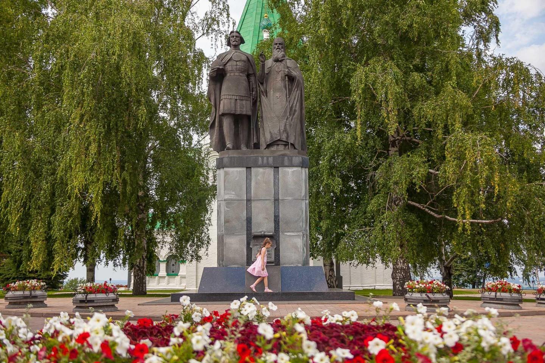 Памятник основателю города — ParkSeason