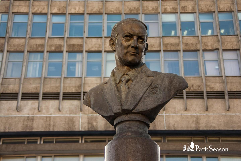 Бюст Е.К.Завойскому — ParkSeason