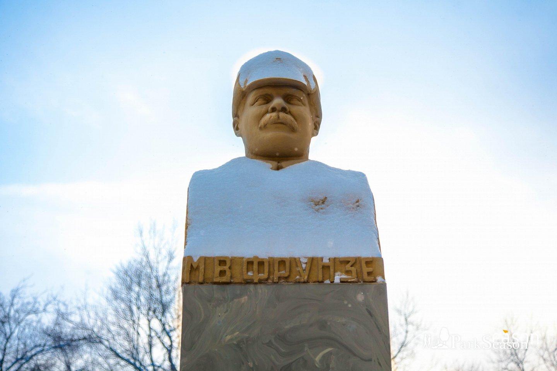Бюст М. В. Фрунзе, Сквер Девичьего поля, Москва — ParkSeason