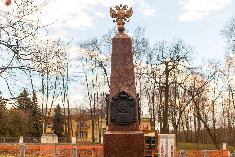 Обелиск в честь 300-летия усадьбы, Парк «Кузьминки», Москва — ParkSeason