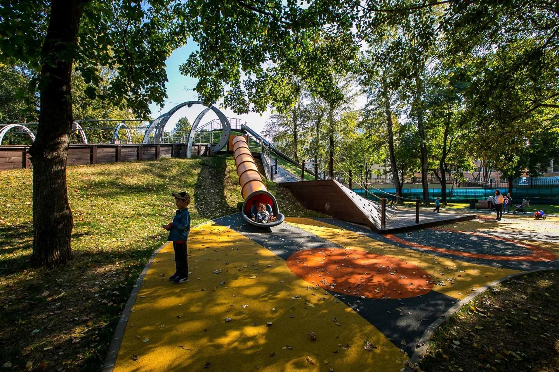 Склон с горками, Делегатский парк, Москва — ParkSeason