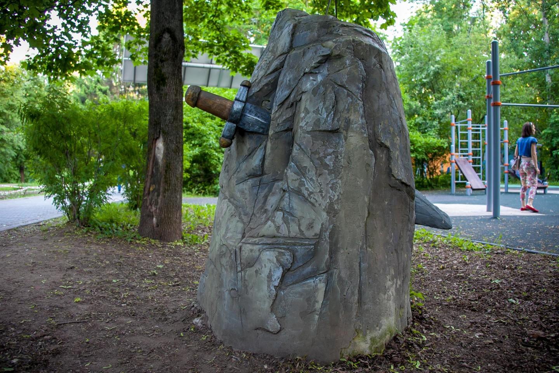 Скульптура «Меч в камне», Парк «Северное Тушино», Москва — ParkSeason