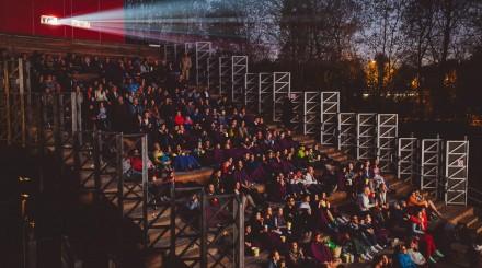 Кино под небом: где смотреть фильмы в парках Москвы