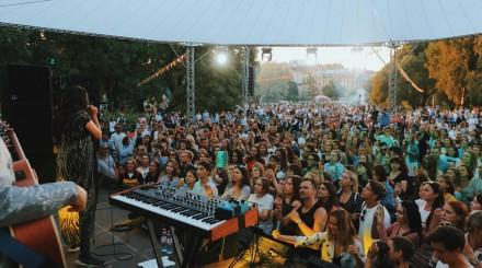 Как прошел фестиваль «Акустика счастья» в Юсуповском саду?