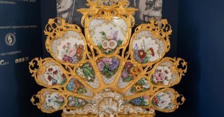 Выставка «У камелька императрицы. Каминный экран Большого петергофского дворца»