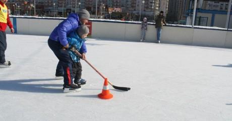Бесплатная школа хоккея в парке Артема Боровика