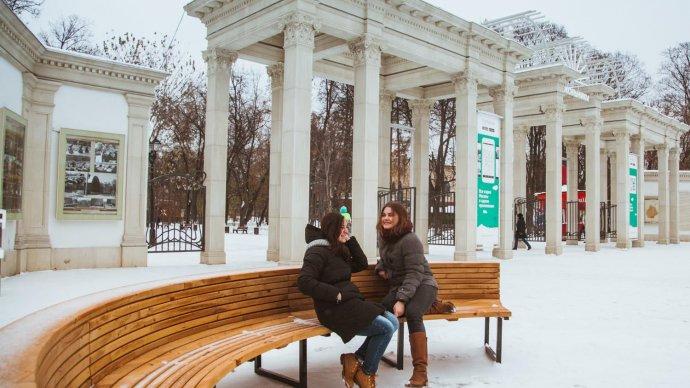 У главного входа «Сокольников» открыли зону отдыха с лавочками и светильниками