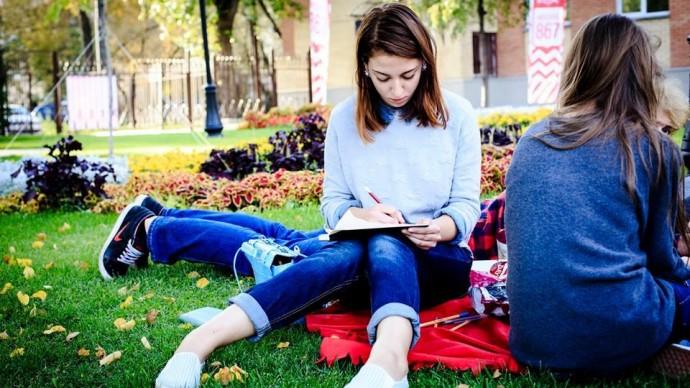 В московских парках открываются летние читальни