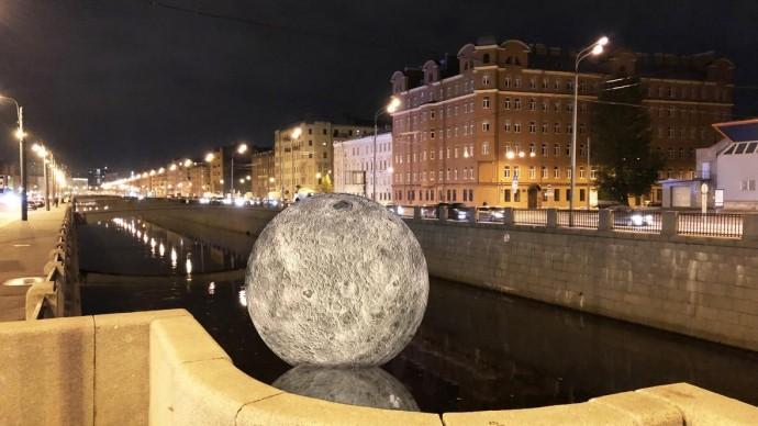 Огромная светящаяся Луна плавает в Обводном канале