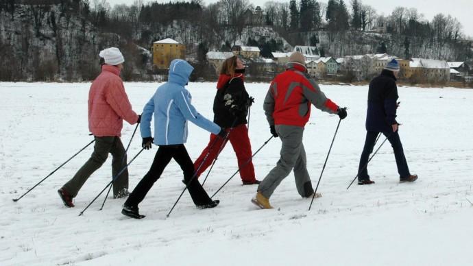 В парке Олимпийской деревни запускают занятия по скандинавской ходьбе