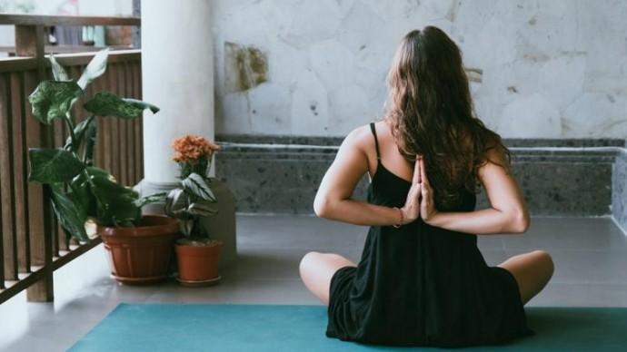 В саду Баумана пройдет бесплатное занятие по парной йоге
