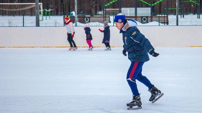 В парке «Останкино» заработал бесплатный каток с искусственным льдом