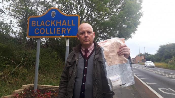 Жителям деревни в Англии пятый год подбрасывают деньги в пакетах