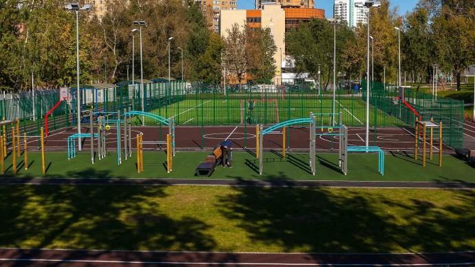 Более 150 объектов инфраструктуры обновили в парках Москвы