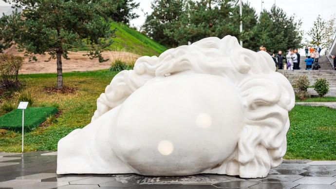 «Большая античная голова» появилась перед спуском к Подземному музею в парке «Зарядье»