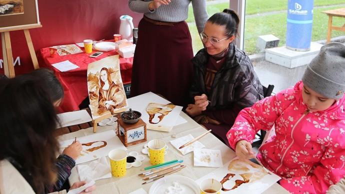 В «Сокольниках» нарисовали Мону Лизу с помощью кофейной гущи