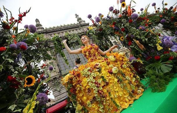 По Невскому проедет цветочная колонна