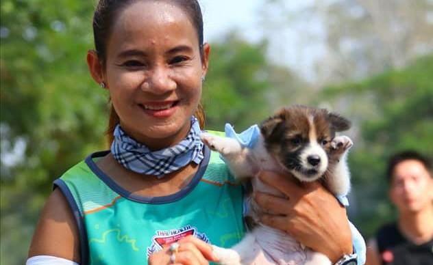Участница марафона 30 километров бежала с щенком на руках