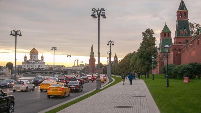 На Кремлевской набережной в субботу ограничат движение
