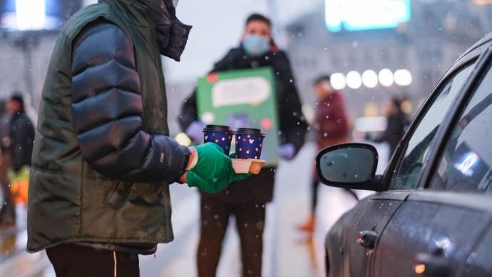 «Пусть все разрулится»: водителей в московских и петербургских пробках поддержали утренним кофе