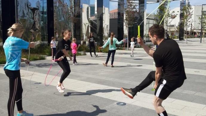 В парке на Ходынском поле стартовали бесплатные занятия по роуп-скиппингу для детей