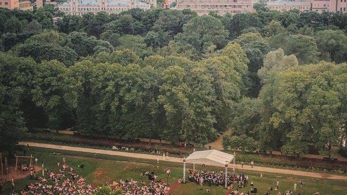 В Ботаническом саду МГУ споют Френка Синатру и Элтона Джона