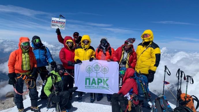 На вершине Эльбруса установили флаг ПКиО Якутска