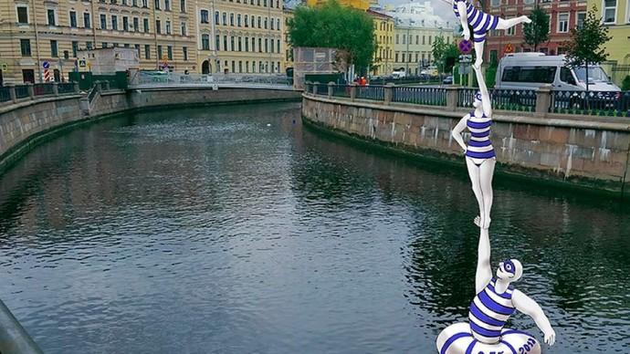 Скульптура акробатов-гигантов появилась в канале Грибоедова