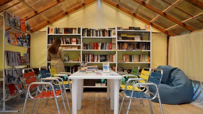 В парке Маяковского открылась библиотека под открытым небом