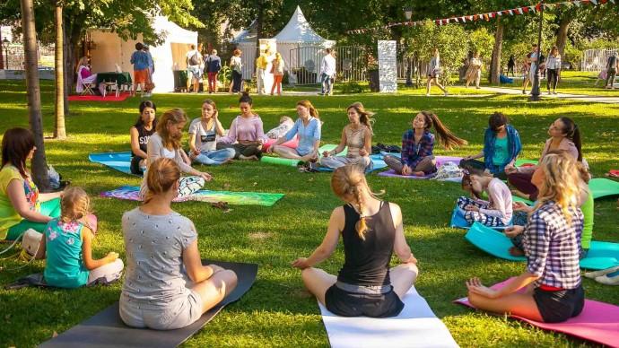 В саду Баумана открылась новая студия йоги